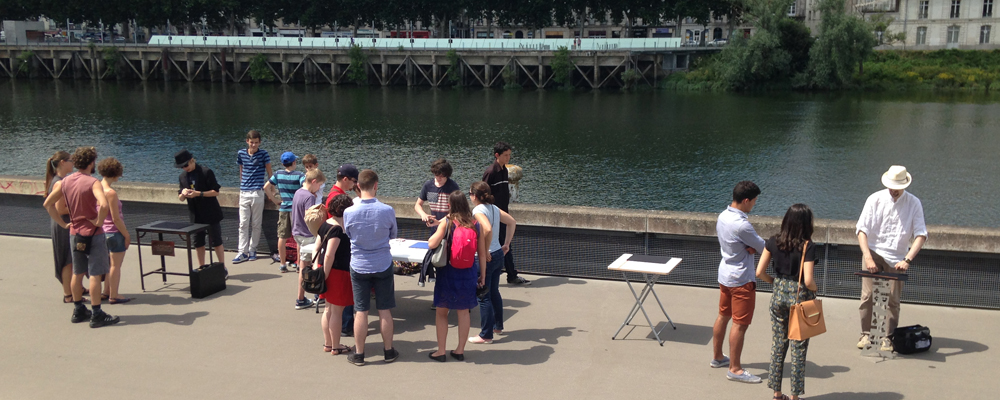 Les jeunes magiciens sur le quai Mitterrand à Nantes