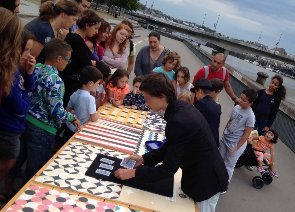 Magie des cartes par de jeunes magiciens du Lieu Magique en spectacle de magie de rue